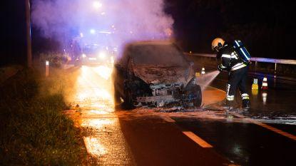Auto brandt volledig uit op N9
