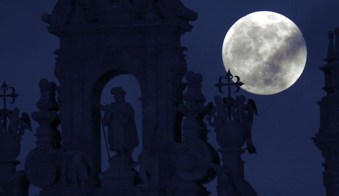 Een volle maan. Hier 'achter' de  kathedraal van Santiago de Compostela in het noorden van Spanje.