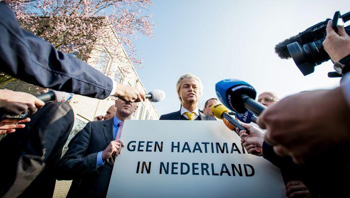 De media hebben zich op PVV-leider Geert Wilders gestort die demonstreert tegen een islamitische conferentie, georganiseerd door Stichting AlFitrah. Volgens de PVV komen daar radicale moslims prediken.