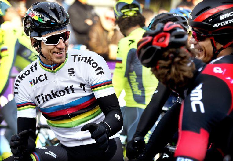 Peter Sagan ontspannen en lachend in een onderonsje met enkele BMC renners. Beeld Klaas Jan van der Weij / de Volkskrant