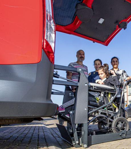 Zwaar gehandicapte Irem (9) uit Almelo heeft eindelijk haar rolstoelbus