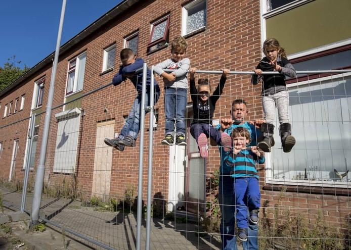 Osman Alrashid leeft met zijn vijf kinderen achter bouwhekken in de Zierikzeese sloopwijk Buijsse. Hij wacht met smart op een vervangend huis, maar volgens de woningbouwcorporatie heeft hij de situatie aan zichzelf te danken. foto Dirk-Jan Gjeltema