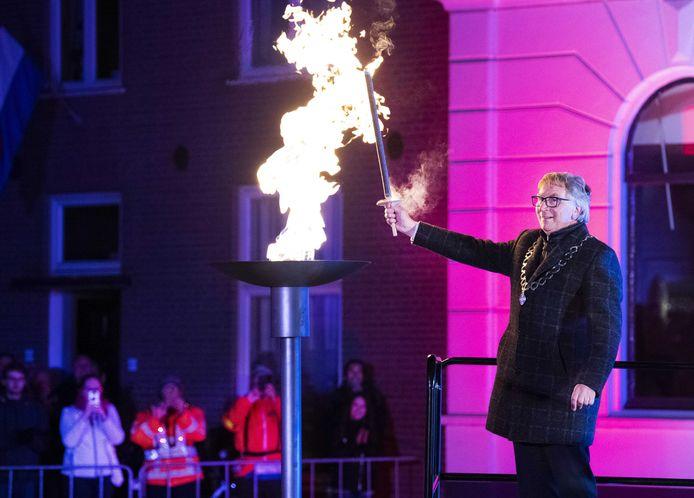 Burgemeester van Wageningen, Geert van Rumund ontsteekt het bevrijdingsvuur.