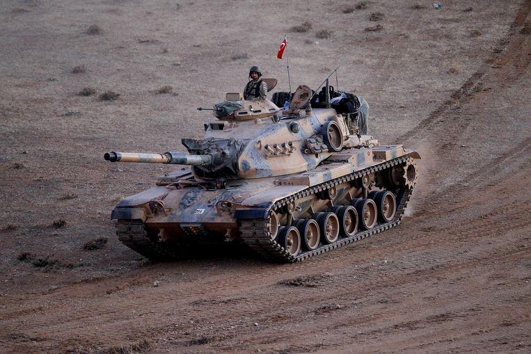 Een Turkse tank patrouilleert langs de Turks-Syrische grens. Beeld getty