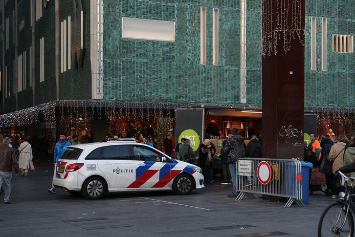 Politie op het 18 Septemberplein vanwege de vervroegde sluiting van de winkels in de Eindhovense binnenstad.