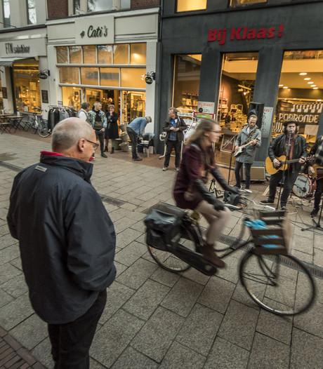 Podium voor poptalent bij 26 winkels en cafés tijdens  Popronde in Enschede