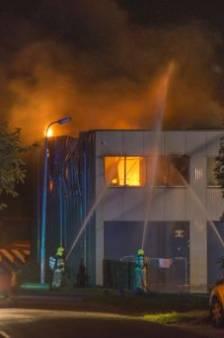 Grote brand verwoest bedrijfsloods in Sint Philpsland