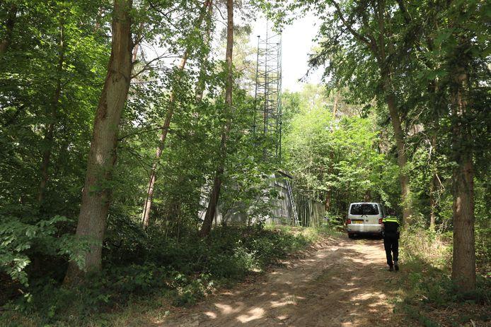 De zender had illegaal plek ingenomen bij een zendmast aan de Peeskesweg.