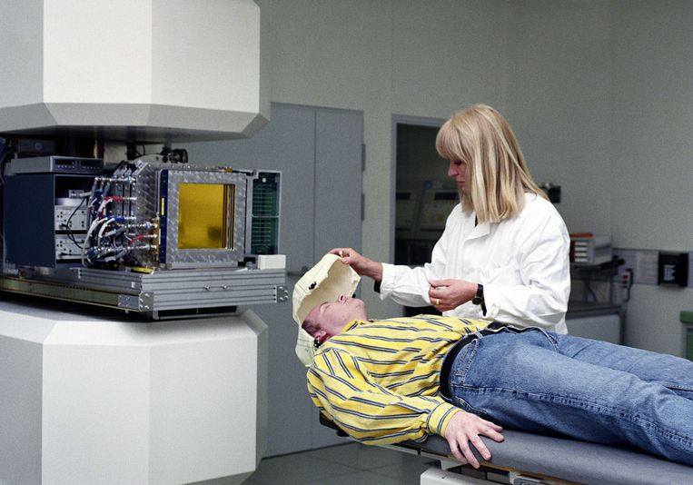 Een patiënt krijgt een bestralingsbehandeling tegen kanker. Behandelingen zoals deze komen in het gedrang doordat alle aandacht en alle ziekenhuiscapaciteit naar corona gaan. Beeld Science Photo Library