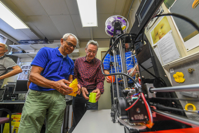 Deelnemers van de cursus bekijken bij een 3D-printer wat er eerder is geprint.