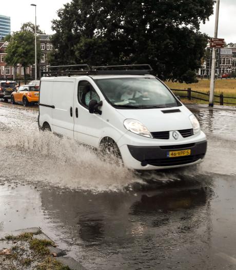 Verkeershinder op ondergelopen straten na hevige regen in Gelderland