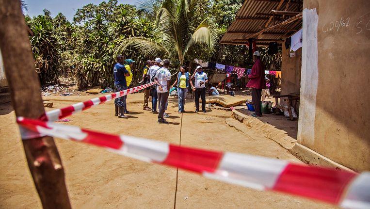 Een huis onder quarantaine in Sierra Leone. Beeld ap