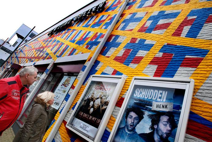 Ook nu nog hangen er affiches aan de muur van de schouwburg. Al is deze foto uit de tijd dat schouwburg De Nieuwe Doelen nog bestond.