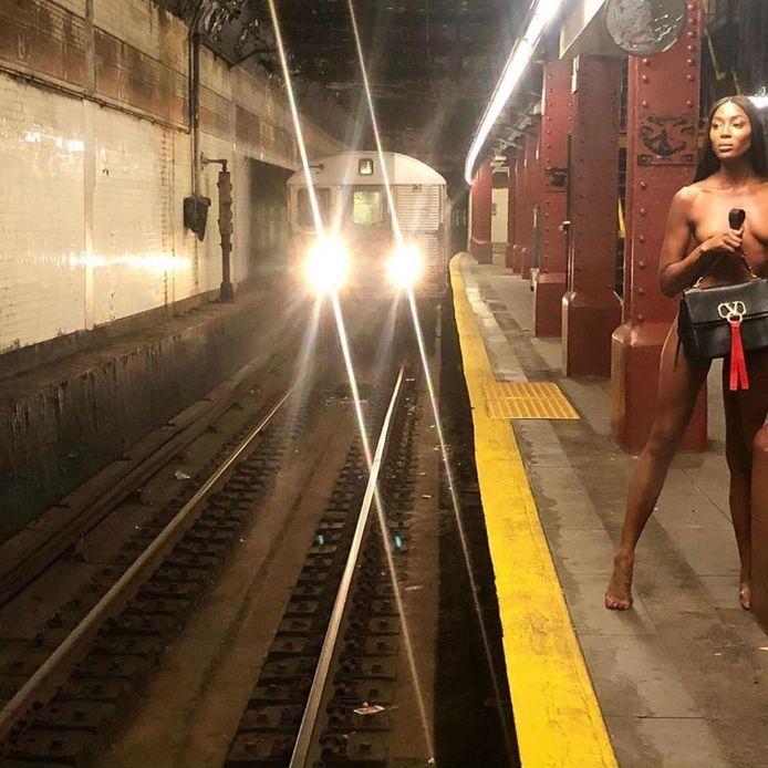 Naomi Campbell nue dans le métro de New York pour Valentino.