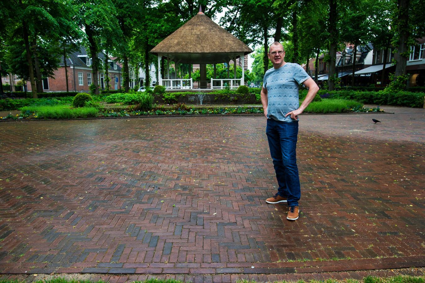 Joris van der Pijll, aanjager van Onderzoeksredactie Groot Oisterwijk, op de plek waar voorheen de dorpspomp van Oisterwijk stond.