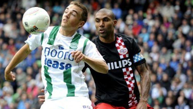 FC Groningen-speler Petter Andersson in duel met PSV-speler Orlando Engelaar. © anp Beeld