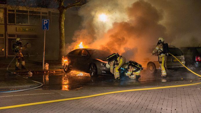Brandweermannen blussen in 2019 de twaalde autobrand, in de Julianastraat.