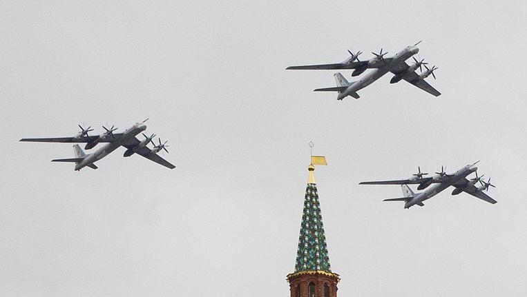 Tijdens een militaire parade in mei vlogen Russische strategische bommenwerpers over het Rode Plein. Moskou wil zijn patrouilles uitbreiden naar onder meer het Arctische gebied en de Golf van Mexico. Beeld ap