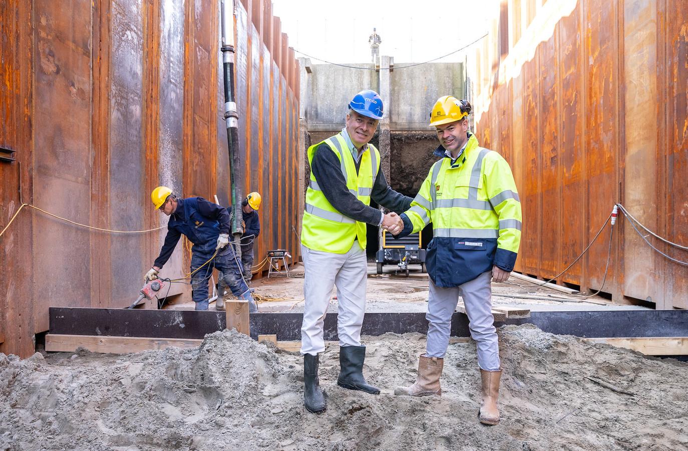 Pieter Bloemendaal van BT Projects (l) en Leonard Pekaar van Van der Straaten Aannemingsmaatschappij BV in de bouwput van het testcentrum