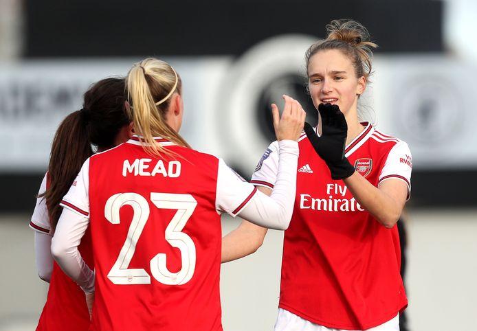 Vivianne Miedema wordt gefeliciteerd na weer een goal voor Arsenal. Ze scoorde dit seizoen al 22 keer in 13 duels.