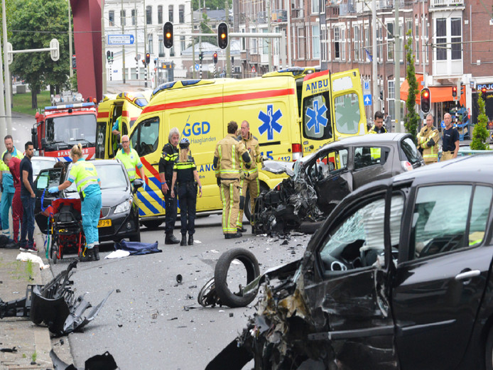 Onderdelen van de beschadigde auto's lagen na het ongeluk verspreid over het Schenkviaduct.