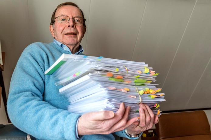Oud-rechter Bert van 't Laar helpt mensen met het indienen van bezwaarschriften als het gaat om WMO-zaken. Hij heeft er bijna een dagtaak aan.