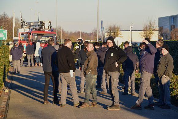 Tientallen medewerkers werden geëvacueerd en volgden op verschillende plaatsen de interventie van de brandweer.