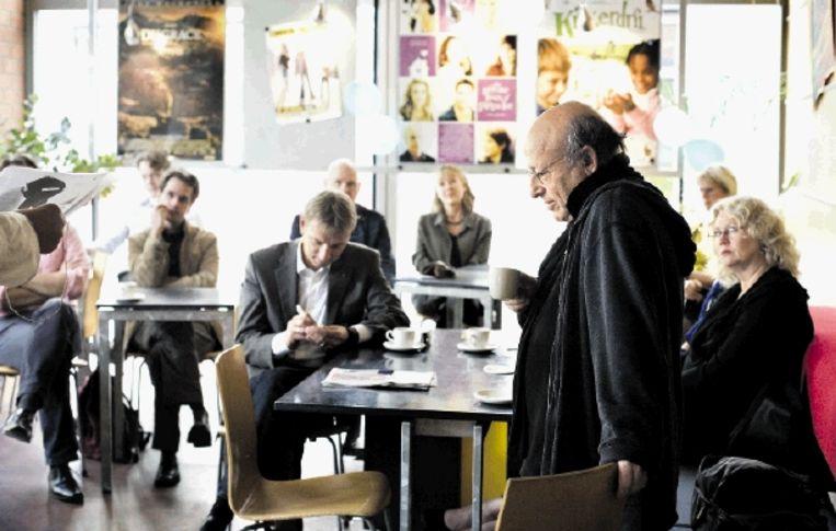 Regisseur Frans Weisz (staand rechts) vertelt bij de opening van La Scuola, afgelopen zaterdag, over zijn werk voordat zijn dramaserie 'Bij Nader Inzien' wordt bekeken. (FOTO JOÃ¿L VAN HOUDT) Beeld Joel van Houdt