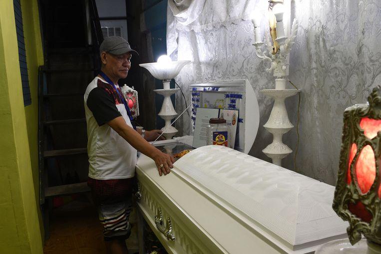 De vader van Kian bij de kist van zijn zoon in augustus vorig jaar.