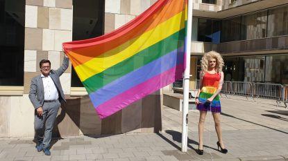 """Dragqueen hijst regenboogvlag: """"Sommige mensen doen alsof wij een andere soort zijn"""""""