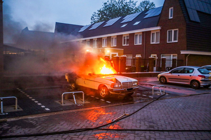 Auto brandt uit in Helmond