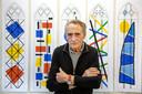 Harrie Gerritz, kunstenaar uit Wijchen, met achter hem ontwerpen voor de glas-in-loodramen die hij maakt voor de Sint Joriskerk in Amersfoort.
