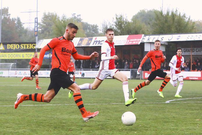 Sparta Nijkerk - Ajax op 12 oktober vorig jaar. Frank Heus (l) in de aanval voor de thuisploeg die met 4-2 won.