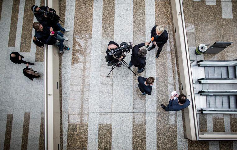 Geert Wilders in gesprek met de media op de loopbrug in de Tweede Kamer. Hij staat alleen, maar andere politieke partijen kunnen niet meer om zijn thema's heen. Beeld Freek van den Bergh / de Volkskrant