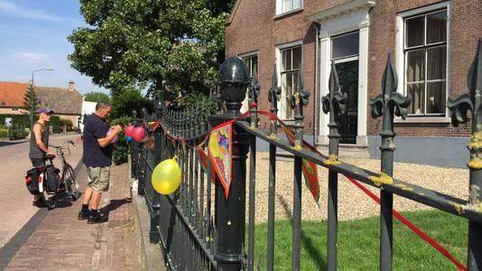 Buren hangen nog wat extra ballonnen op.