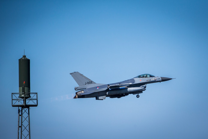 Een F-16 stijgt op bij vliegbasis Leeuwarden
