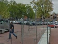 Vrouw (76) in gezicht gehoest op de markt in Epe: politie maakt jacht op drie mannen