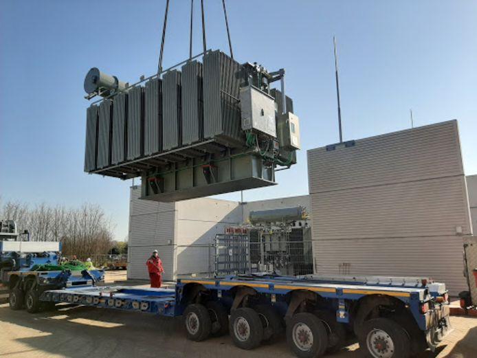 Eén van de enorme transformatoren wordt geplaatst bij het elektriciteitsverdeelstation in Ulft.
