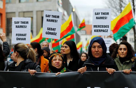 In de Duitse stad Hanau hebben vandaag zo'n 3000 mensen gedemonstreerd naar aanleiding van de aanslag die er woensdag werd gepleegd.