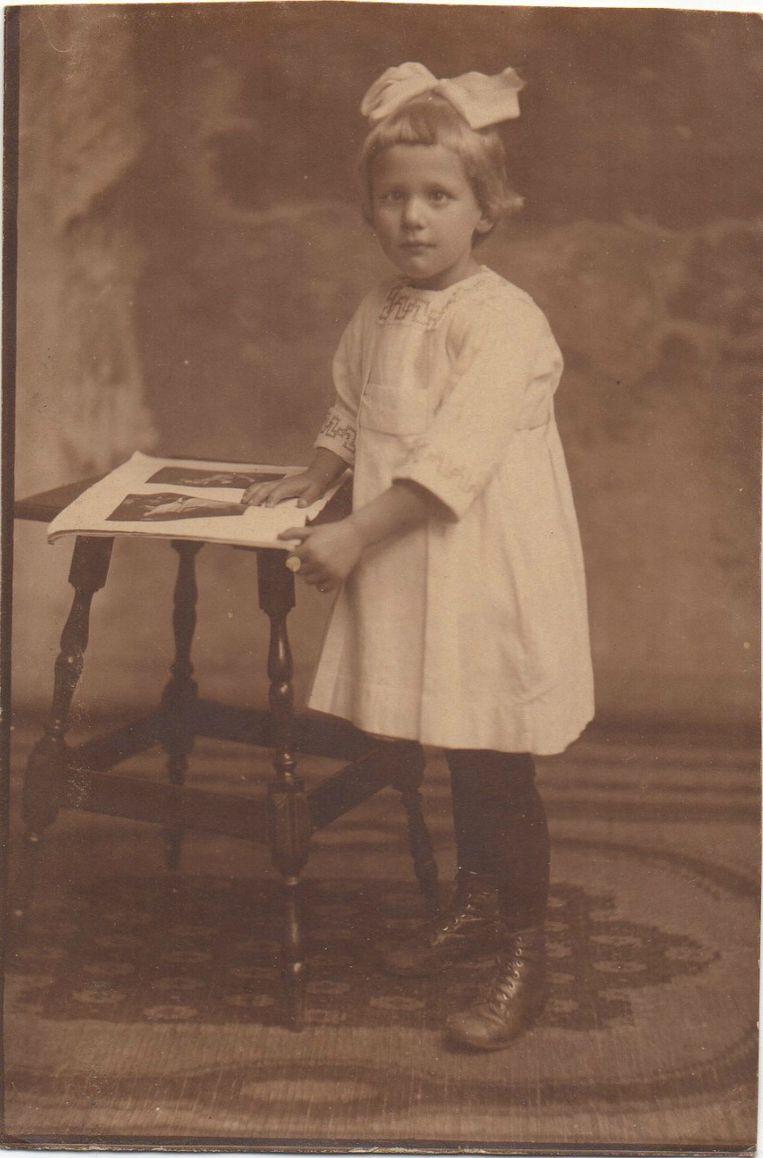 Jeanne van der Eng-Liedmeier als meisje. Beeld Trouw
