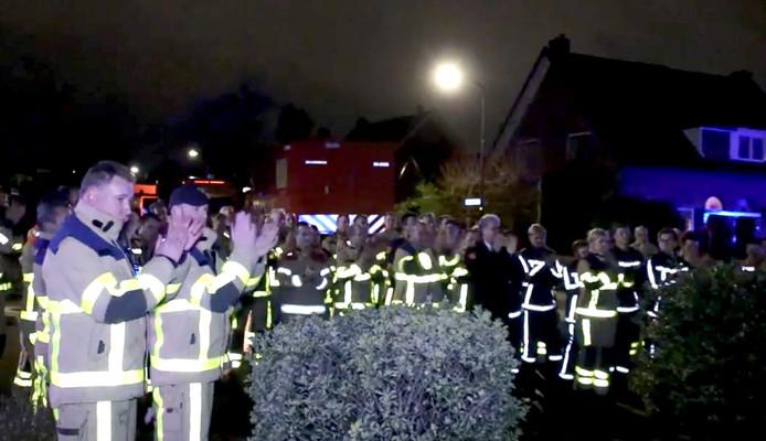 De brandweer vormt een erehaag rondom het huis van collega Henk die als gevolg van kanker op sterven ligt.