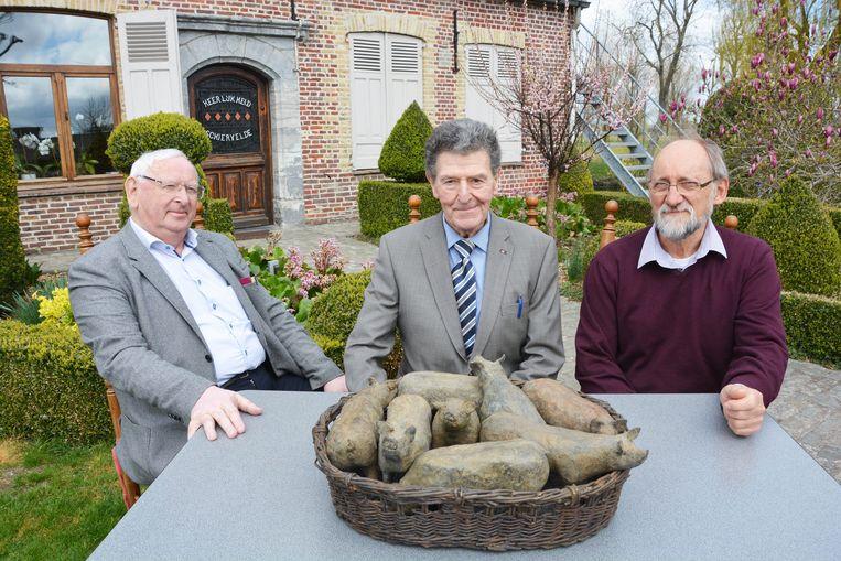 Frans Loontjens en André Debruyne van de West-Vlaamse Fokvarkens Veiling samen met kunstenaar Jaak Vandevelde bij het monumentje dat vrijdag op het de Coninckplein onthuld wordt.
