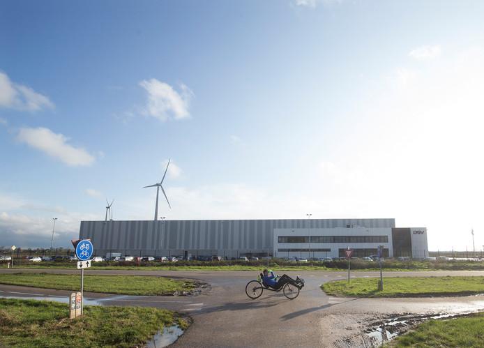 Een ligfietser passeert de bedrijfshal van DSV. De hal markeert de grens tussen DocksNLD1 en DockNLD 2 dat links van deze hal richting Azewijn en Netterden moet gaan komen.