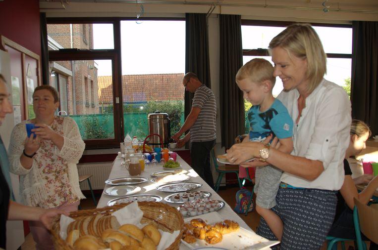 Mama Kelly helpt Maxim (3) bij de keuze van zijn brood.