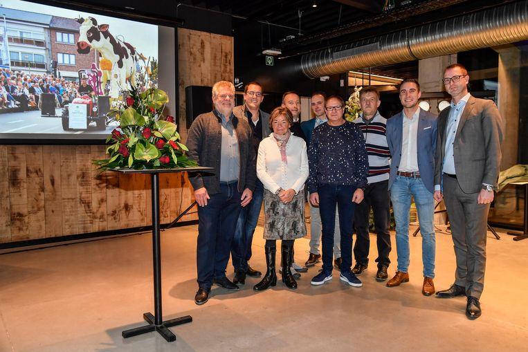 Het comité van de Bloemencorso bij de onthulling van het thema.