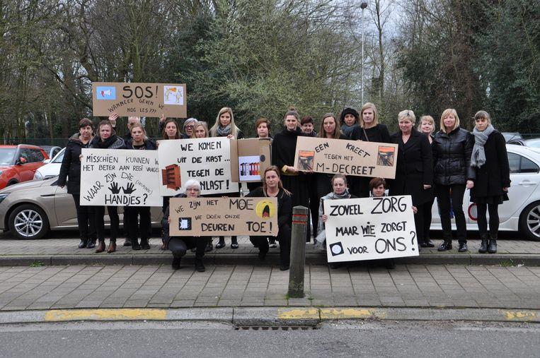 Archiefbeeld. Leerkrachten van De Reiger protesteerden met borden tegen de stijgende werkdruk en het gebrek aan ondersteuning bij het M-decreet.