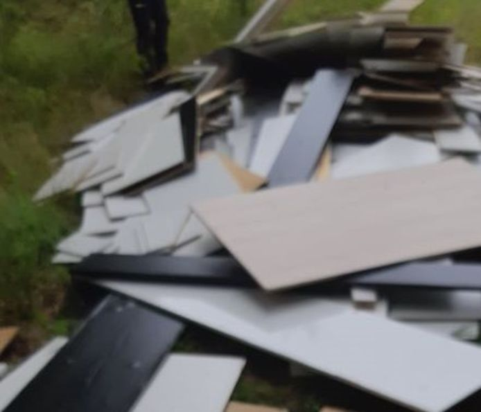 De politie zoekt de daders van een illegale afvaldump in Vilsteren