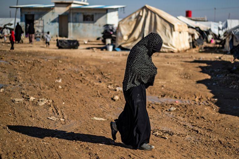 Een vrouw in het door Koerden gestuurde opvangkamp Al Hol, waar families van buitenlandse IS-strijders worden opgevangen. Beeld AFP