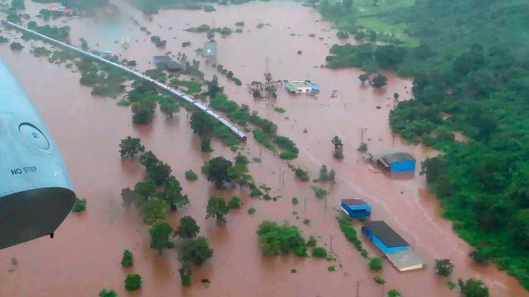 De Mahalaxmi Express te midden van de overstromingen.
