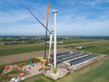 Wieken eerste windmolen Veenwieken gemonteerd